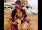 മാൻകുഞ്ഞിനെ മുലയൂട്ടുന്ന സ്ത്രീ! ഈ ചിത്രം പറയും, മനുഷ്യരിൽ ഇനിയും നന്മയുടെ ഉറവകൾ ബാക്കി
